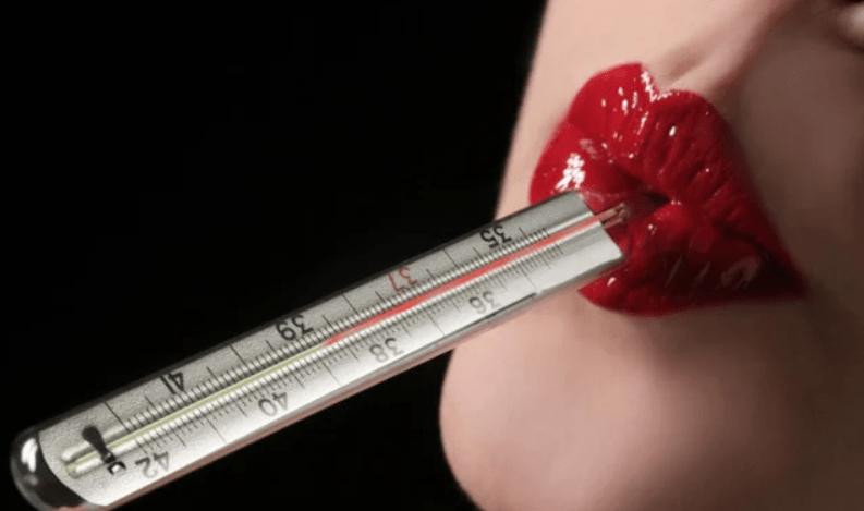 Hotlajn devojka sa toplomerom u ustima koji pokazuje povišenu temperaturu